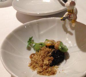 Amuse 1: haringkaviaar met garnalen, kokkel en crumble van seppe.
